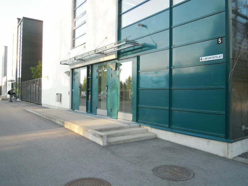 Tästä vasemmalle kohti liikuntatilojen ovea, oikealle kohti pääovea.