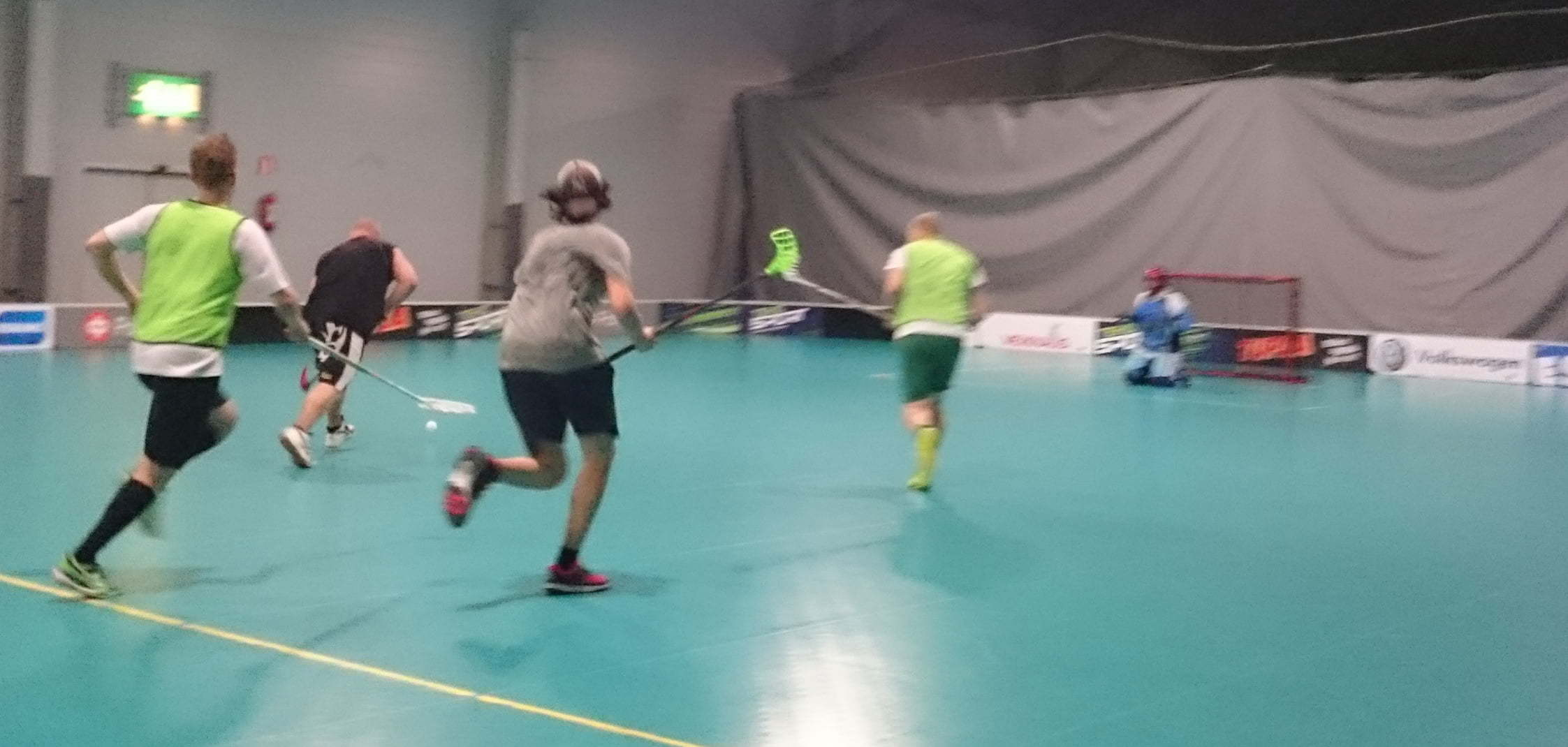 Esa Kivimäki vie palloa kohti turnausvoittoa. Muut seuraavat katseella.